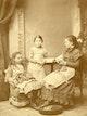 Else Abbe mit ihren Töchtern Paula und Grete.