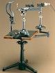 Kombination Spaltlampe mit Hornhautmikroskop von Koeppe und Henker (Urtyp des Untersuchungsgerätes Spaltlampe).