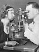Spaltlampe nach Comberg mit kompakter Form und gemeinsamer Schwenkachse für Mikroskop und Beleuchtung (Urtyp aller modernen Spaltlampen).
