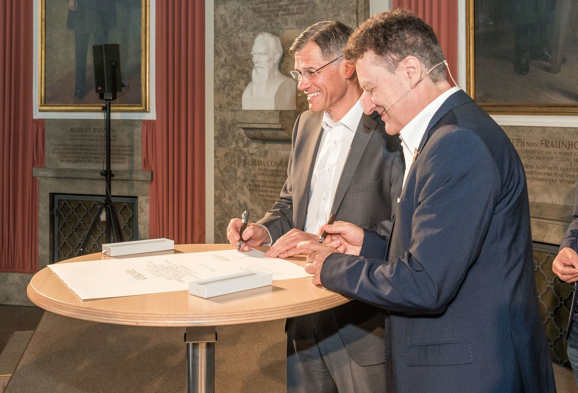 The close partnership has been sealed by signing the founding members' certificate (from left to right: Dr. Karl Lamprecht, President and CEO of the ZEISS Group and Prof. Wolfgang Heckl, general director of Deutsches Museum).