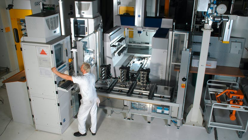 Ideal for the workshop and glover-wearers, the operating station of the ZEISS CenterMax is suitable for the shop floor and can be moved as needed