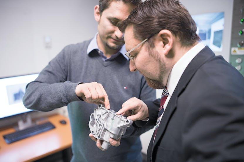 """TCG UNITECH集团实验室团队负责人兼环境官ReneKlaffenböck和质量管理负责人David Demmelmair(从左到右)解释了蔡司METROTOM 1500的主要优点之一:""""我们现在可以确定是否检测到的孔隙是气穴或迅速且最重要的是可靠地收缩。"""""""
