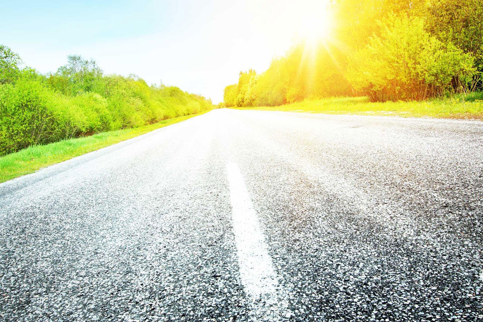 la luce riflessa sul manto stradale bagnato provoca un effetto di abbagliamento e riduce la percezione del contrasto.